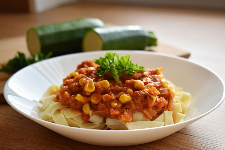 Makaron zpomidorowym sosem zcukinii