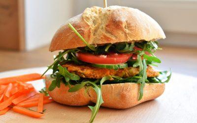 Wegański burger lub roślinne kotleciki